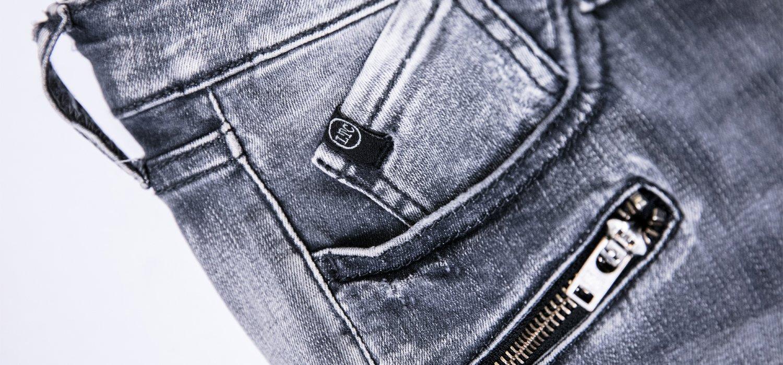 Women's fashion: how to wear grey jeans?
