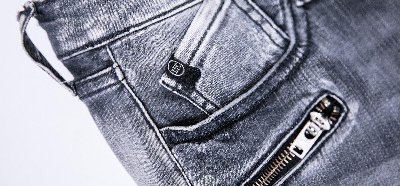 Mode femme : comment porter un jean gris ?